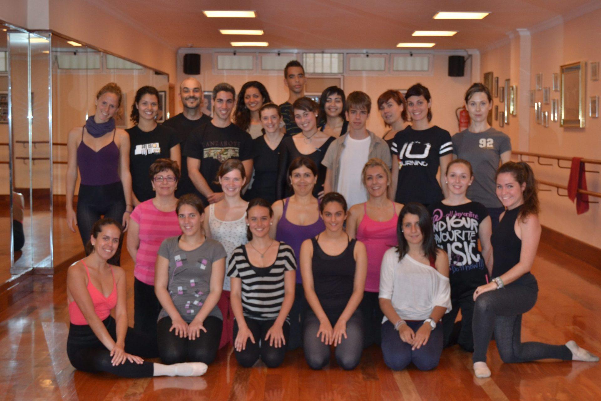Foto posando en el Centro de Danza Sandra Santa Cruz del un grupo de bailarines que bailará  en el Flashmob en la Escuela Oficial de Idiomas de Las Palmas II.