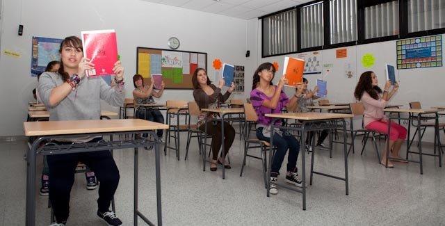 Foto del alumnado del Centro de Danza Sandra Santa Cruz sigue sentado pero empieza a animarse tras los libros en la Escuela Oficial de Idiomas. Así continúa su Flashmob...