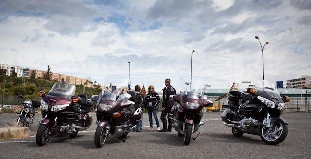 Foto de varias motos aparcadas en la Escuela Oficial de Idiomas para el Flashmob del Centro de Danza Sandra Santa Cruz