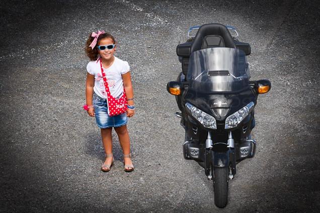Foto de una alumna del Centro de Danza Sandra Santa Cruz de pie al lado de una moto para empezar el Flashmob en la Escuela Oficial de Idiomas