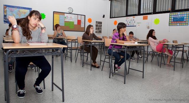 Foto del alumnado del Centro de Danza Sandra Santa Cruz que está sentado y aburrido en la Escuela Oficial de Idiomas. Así empieza su Flashmob...