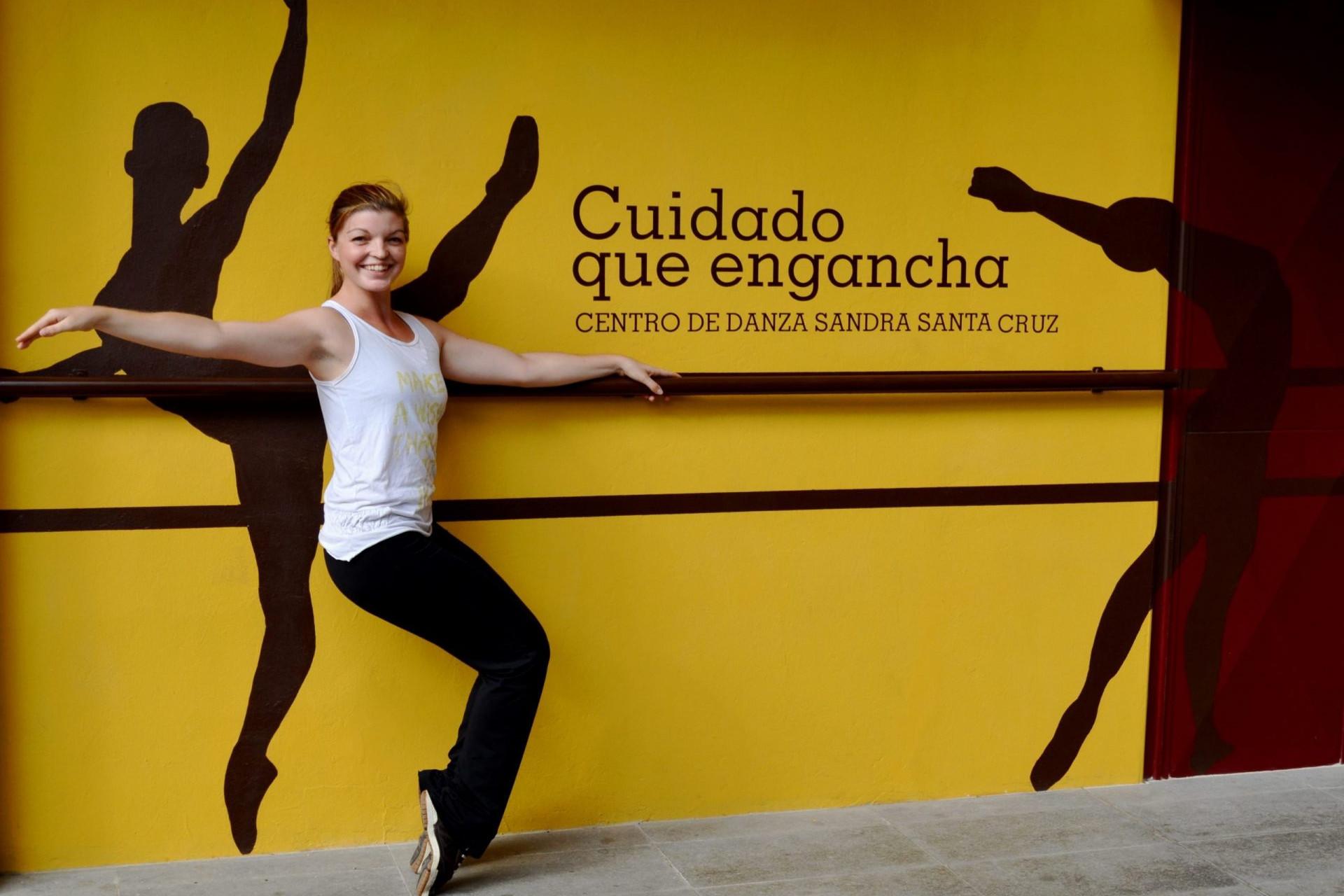 Foto de Alba Montañez agarrada a la barra de la fachadaCentro de Danza Sandra Santa Cruz en una pose de Funky