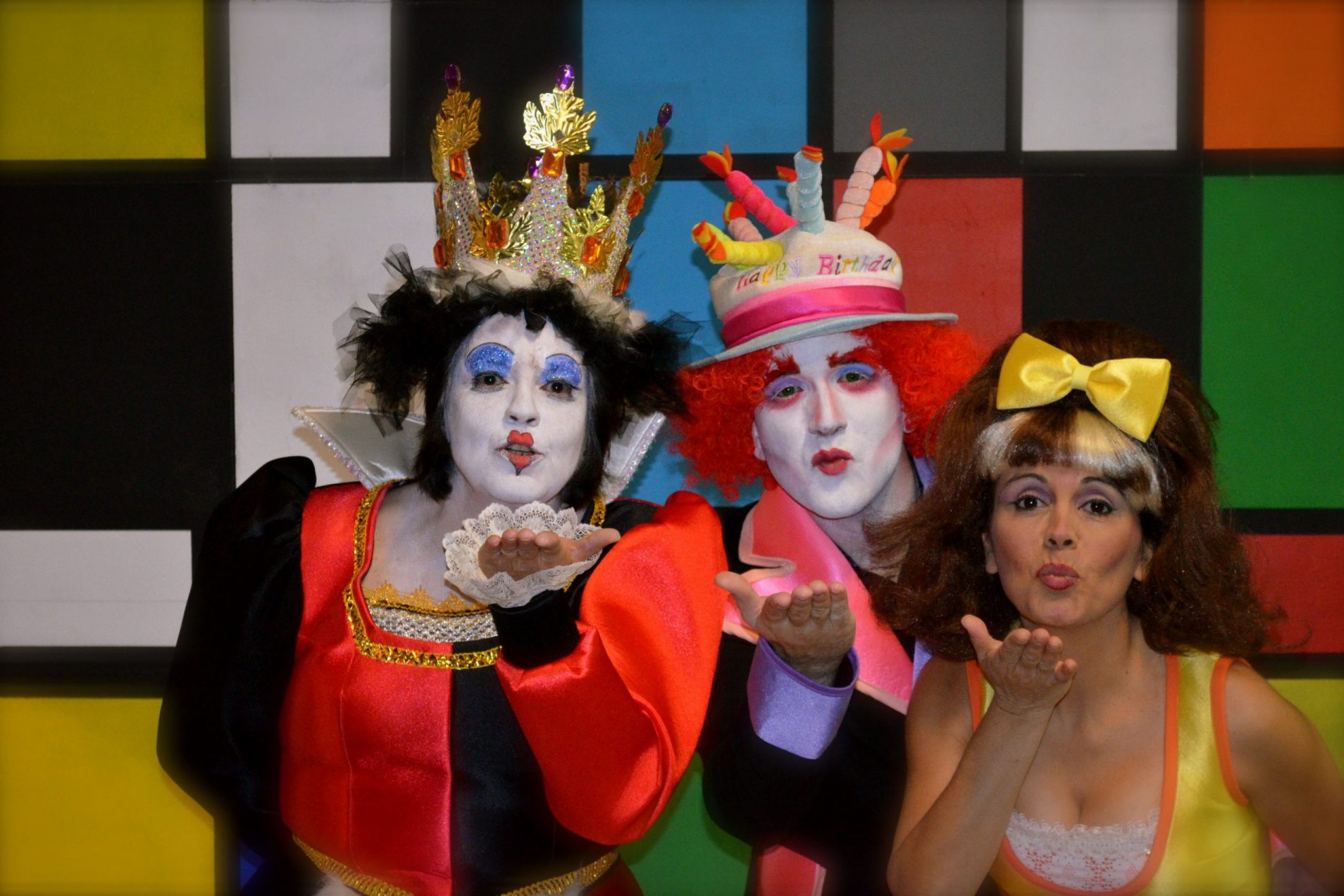 Foto de tres personajes de