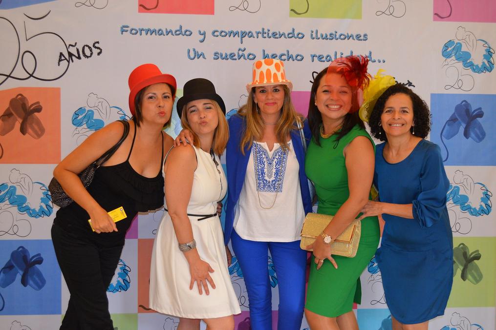 Foto del público que posa divertido con gorros y casquitos de boda en el Photocall del 25 Aniversario del Centro de Danza Sandra Santa Cruz