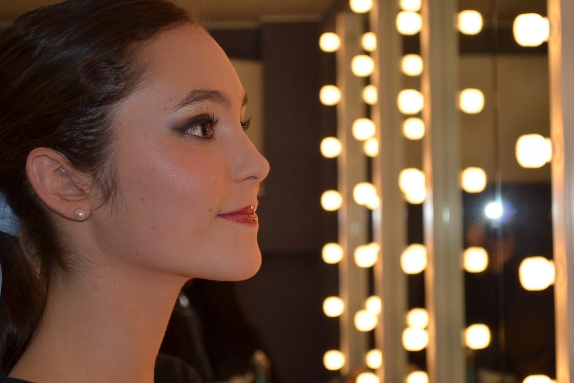 Foto de Carla Alonso,una bailarina del Centro de Danza Sandra Santa Cruz sonriéndo mientras se mira en el espejo de un camerino