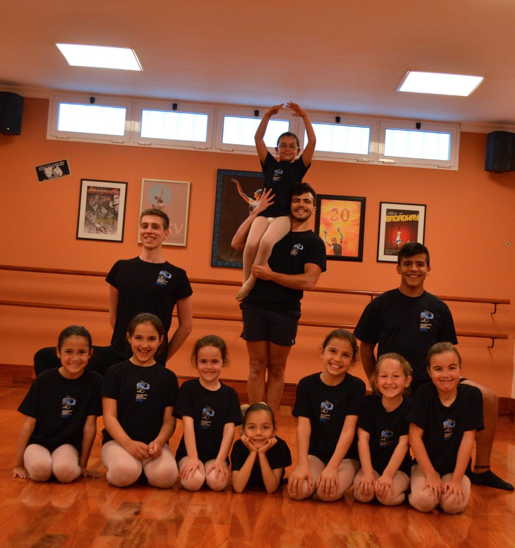 Foto del grupo de baiaraines del Centro de Danza Sandra Santa Cruz que participará en la celebración del Día Mundial de la Danza 2015