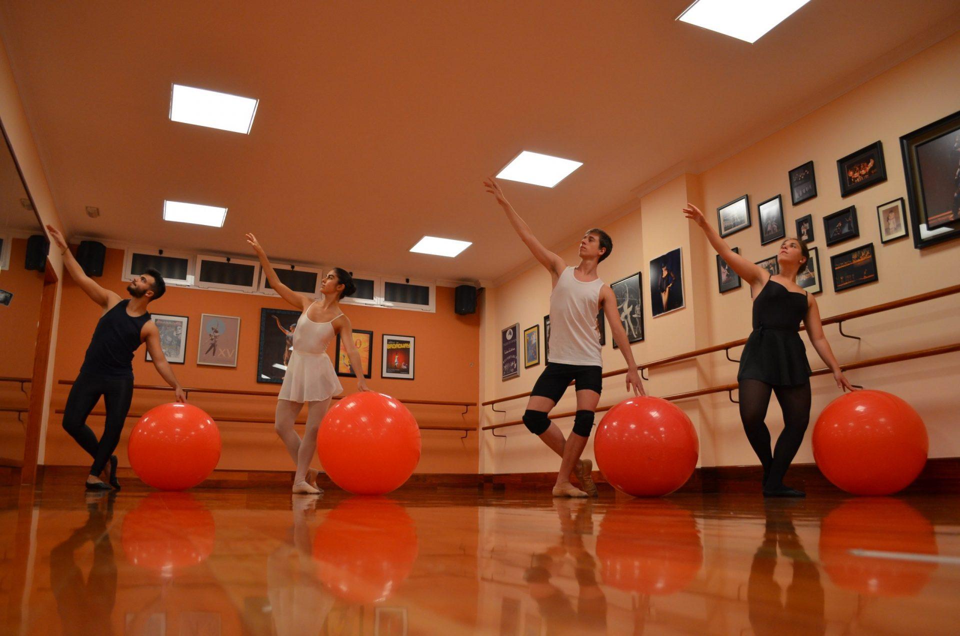 Foto en el Centro de Danza Sandra Santa Cruz de un grupo de bailarines con una pelota grande de fit-ball en los ensayos de Arrecife