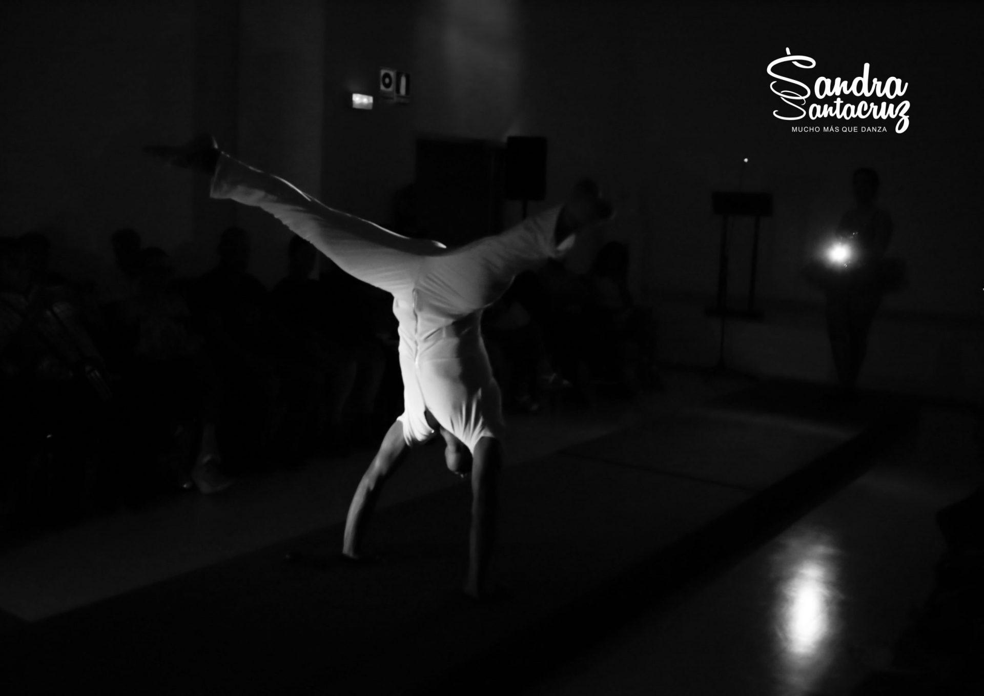 """Foto de un bailarín del Centro de Danza Sandra Santa Cruz haciendo un equilibrio sobre las manos tras una acrobacia en el """"Desfile Pinta Tu-Tutú"""""""