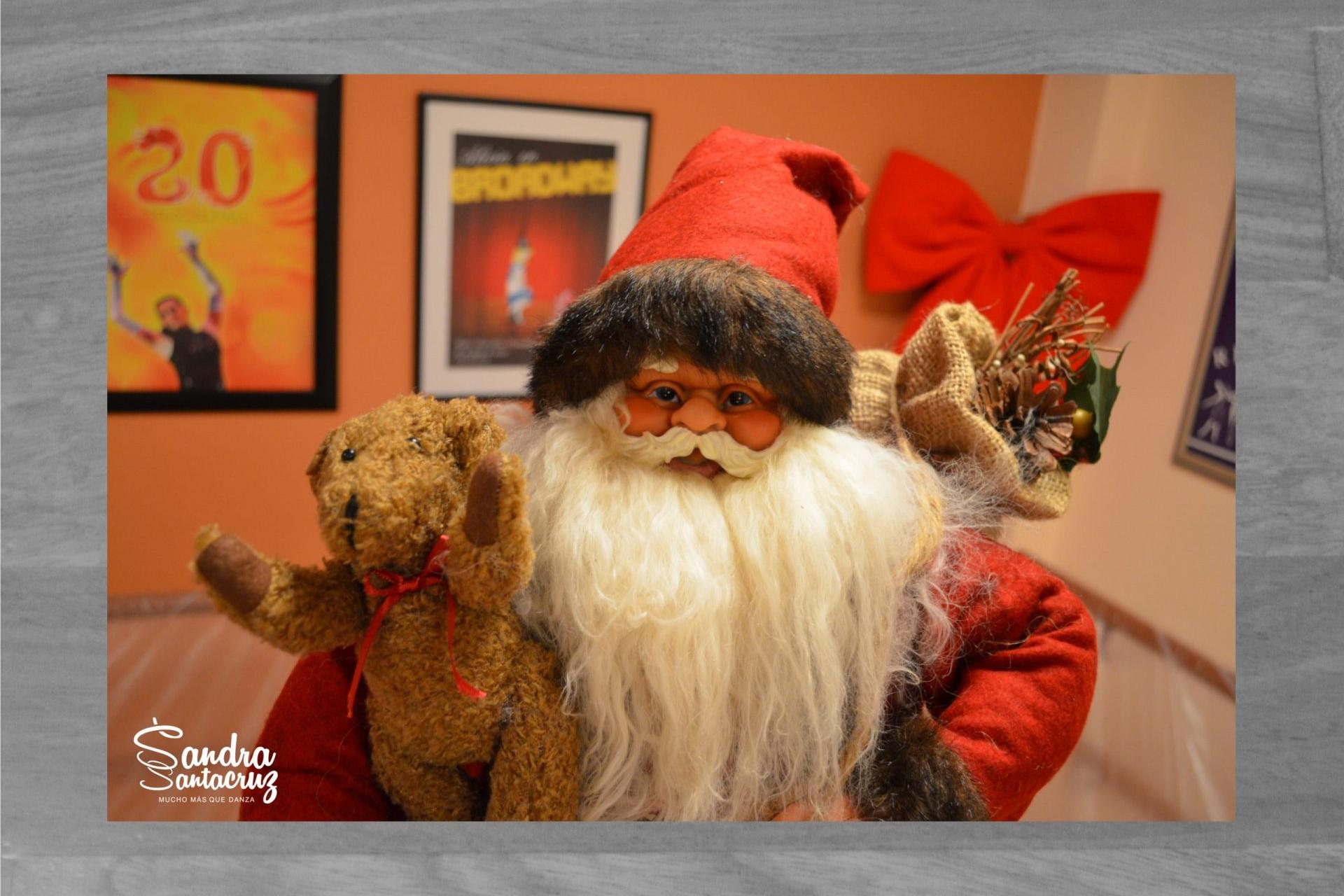 Foto de Santa Claus que visita el Centro de Danza Sandra Santa Cruz