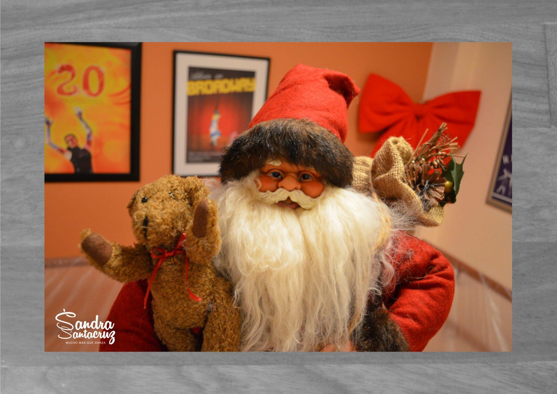 Foto de Papa Noel en el Centro de Danza Sandra Santa Cruz ante la espera de la elección de la Postal de Felicitación de Navidad ganadora del Concurspo que ha organizado el Centro.