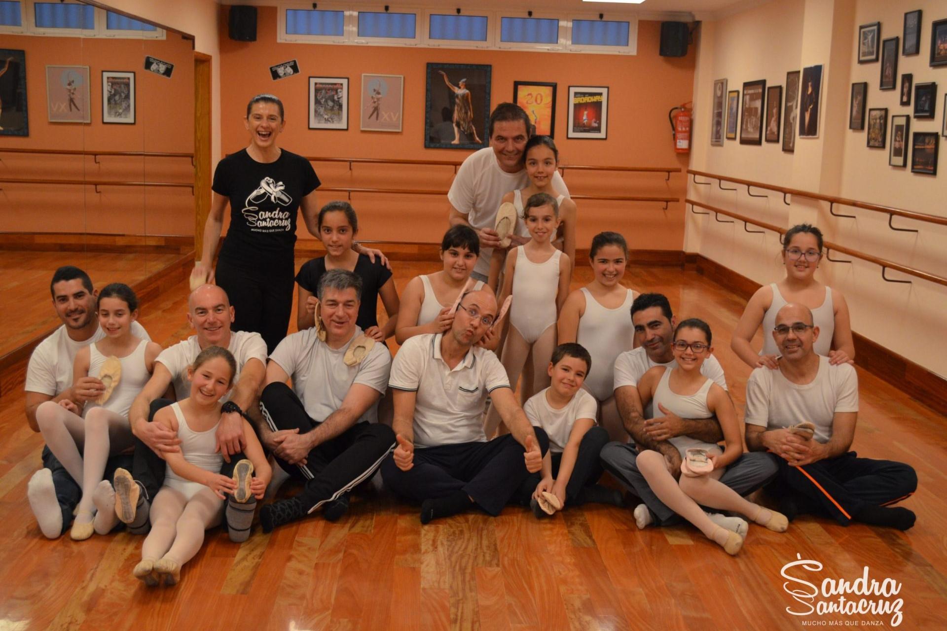 Foto en el Centro de Danza Sandra Santa Cruz con un grupo de padres y sus hijos del alumnado de Predanza II que asistieron a la Clase Pedagógica para Padres y trabajaron su flexibilidad
