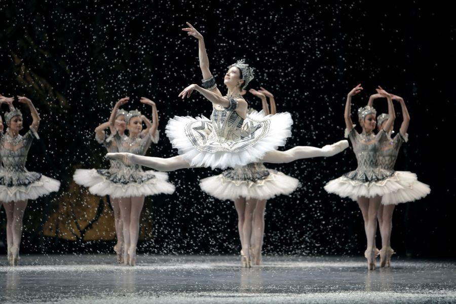 Foto de una bailarina de la Ópera de París haciendo un grand yetté en