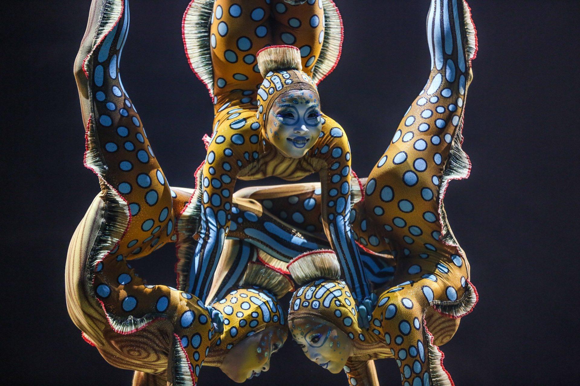 Foto de un grupo de acróbatas del Circo del Sol haciendo una acrobacia.