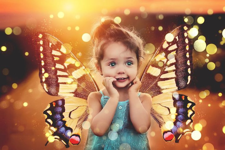 Montaje de una niñas con uans preciosas alas de mariposa gigantescas