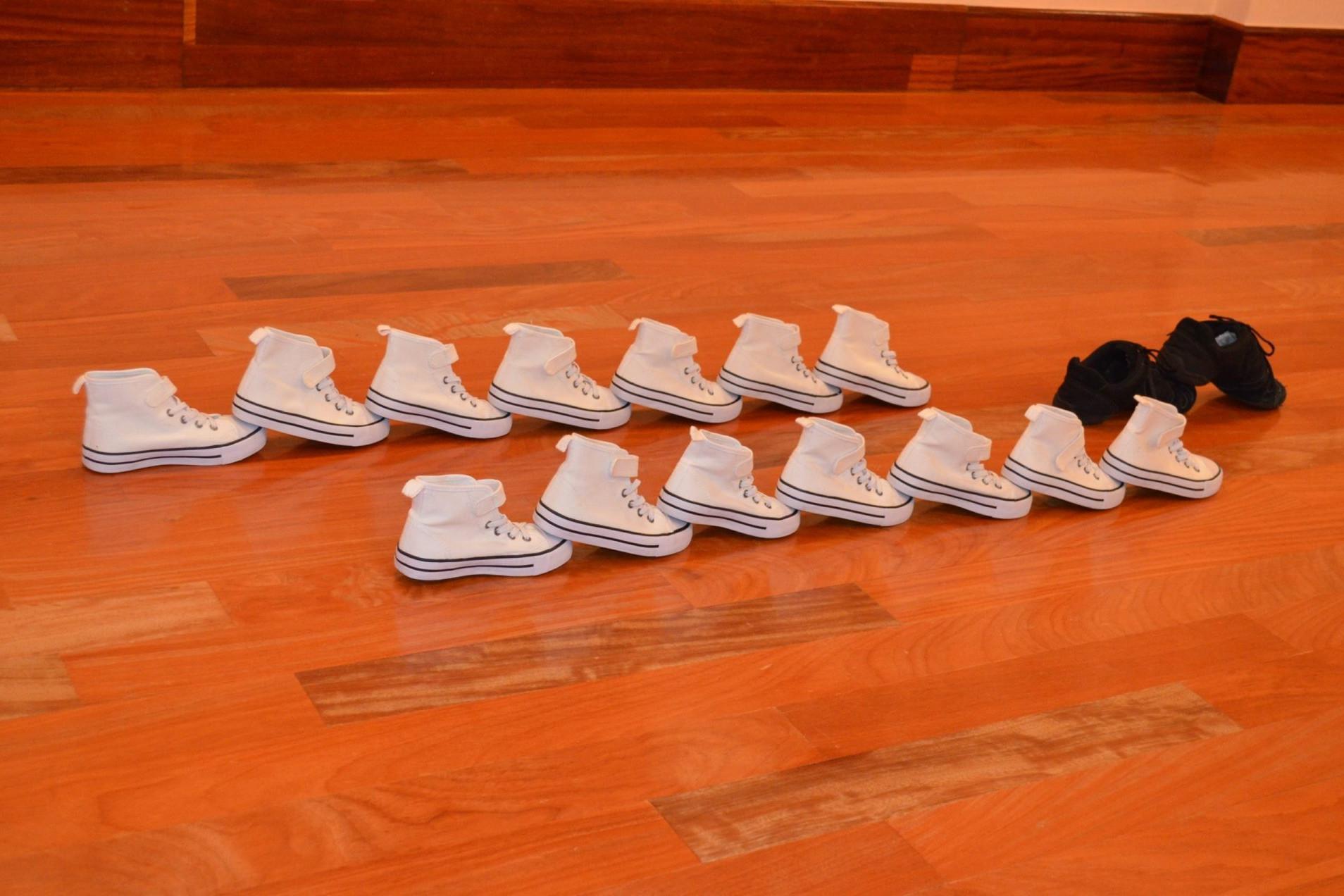 Fotografía de zapatillas snickers en sala de baila