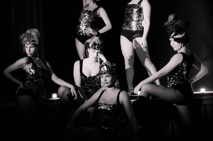 Foto de un grupo de bailarinas del Centro de Danza Sandra Santa Cruz bailando Cabaret
