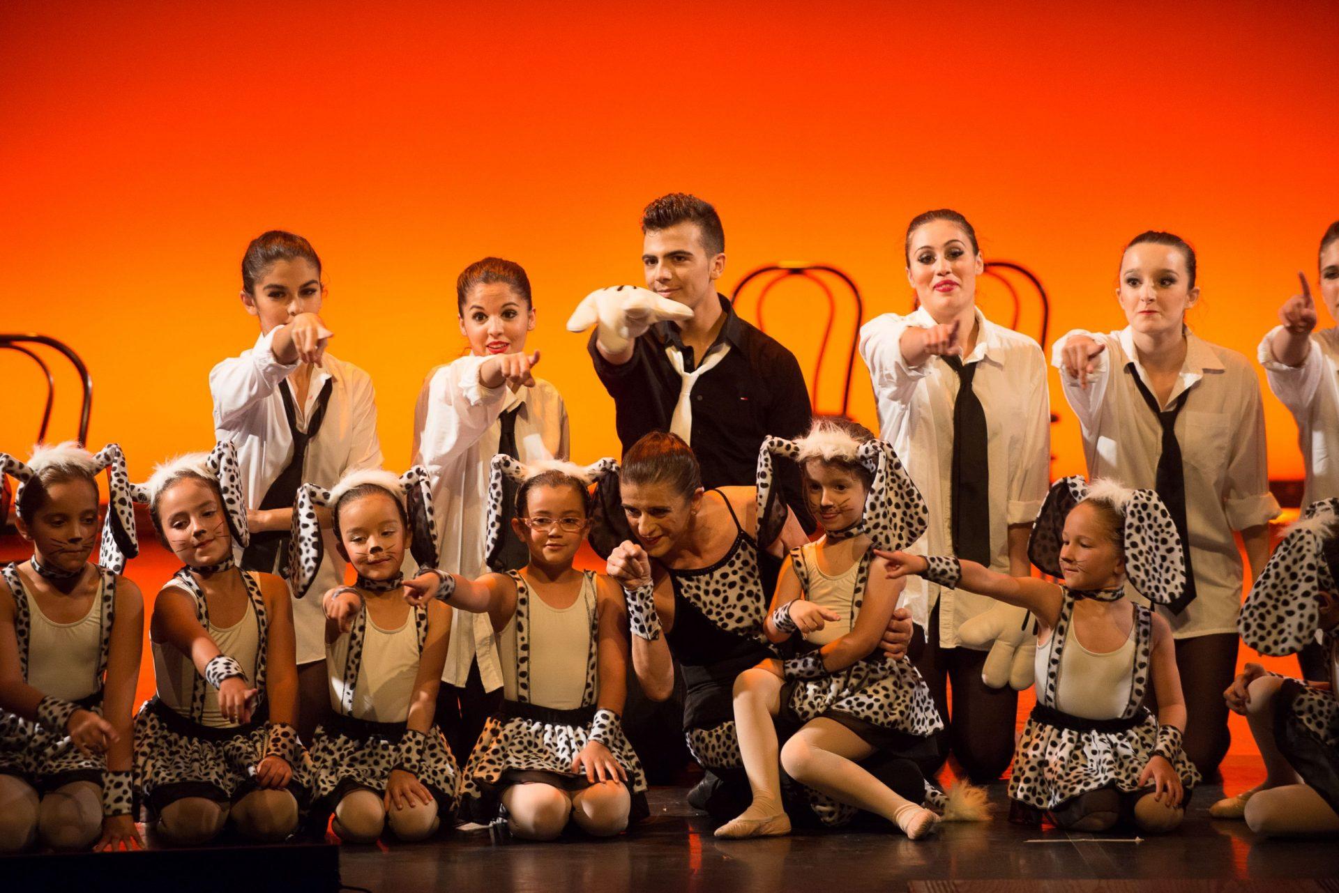 Foto del alumnado del Centro de Danza Sandra Santa Cruz en su espectáculo