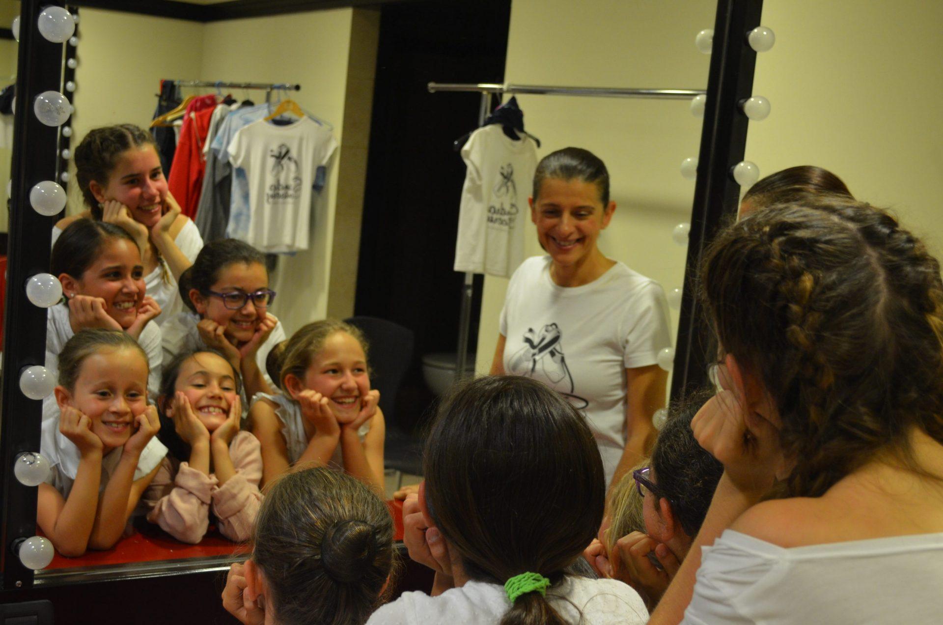 Foto del alumnado del Centro de Danza Sandra Santa Cruz en los camerinos del Pérez Galdós, mirándose al espejo de manera divertida ante el estreno de la zarzuela