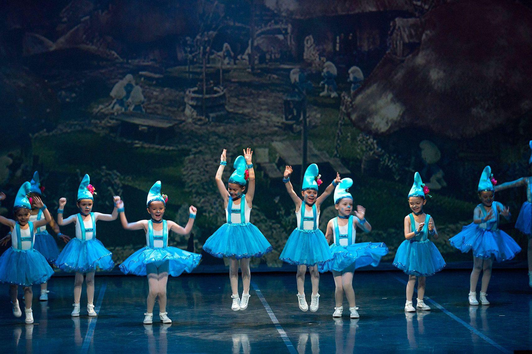 Foto del alumnado de Predanza de 3 a 5 años del Centro de Danza Sandra Santa Cruz bailando de pitufas en el 25 Aniversario del Centro.