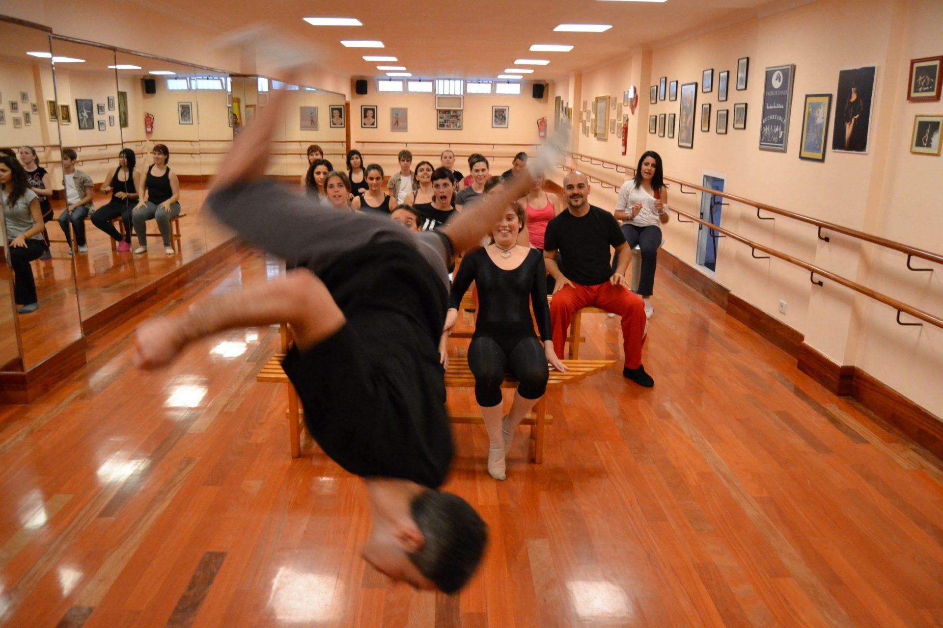 Foto en el Centro de Danza Sandra Santa Cruz donde un bailarín realiza una acrobacia para el Flasmob en la Escuela Oficial de Idiomas de Las Palmas II.