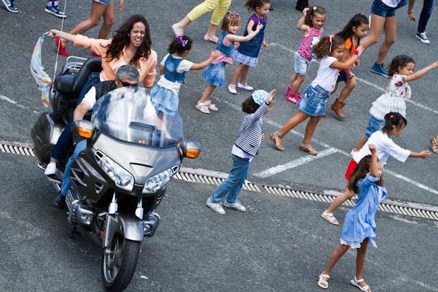 Foto del alumnado del Centro de Danza Sandra Santa Cruz bailando en una moto en la Escuela Oficial de Idiomas en el Flashmob que realizaron.