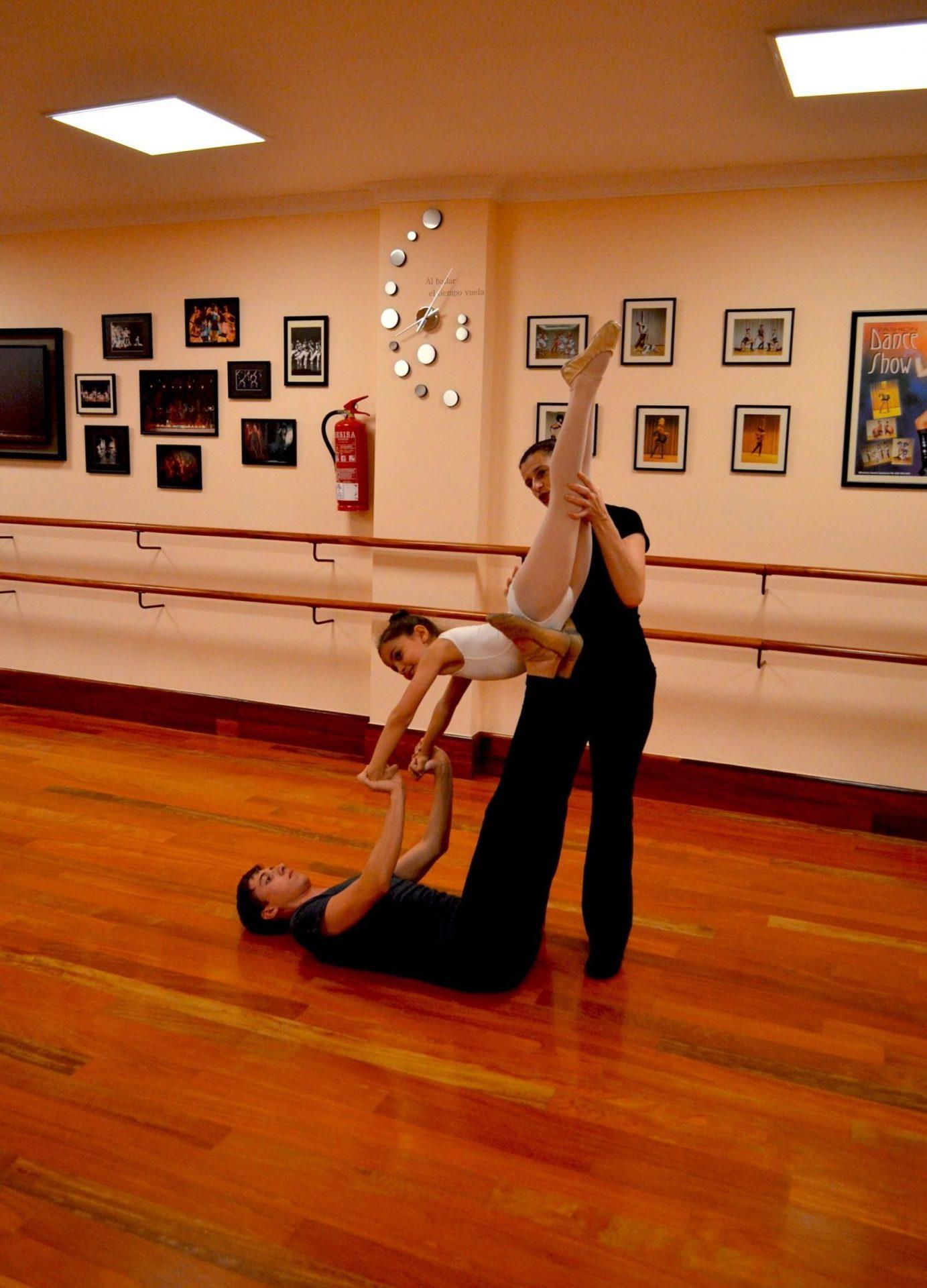Fotografía tomada en el Centro de Danza Sandra Santa Cruz de una cogida con una alumna de Predanza II de 6 años