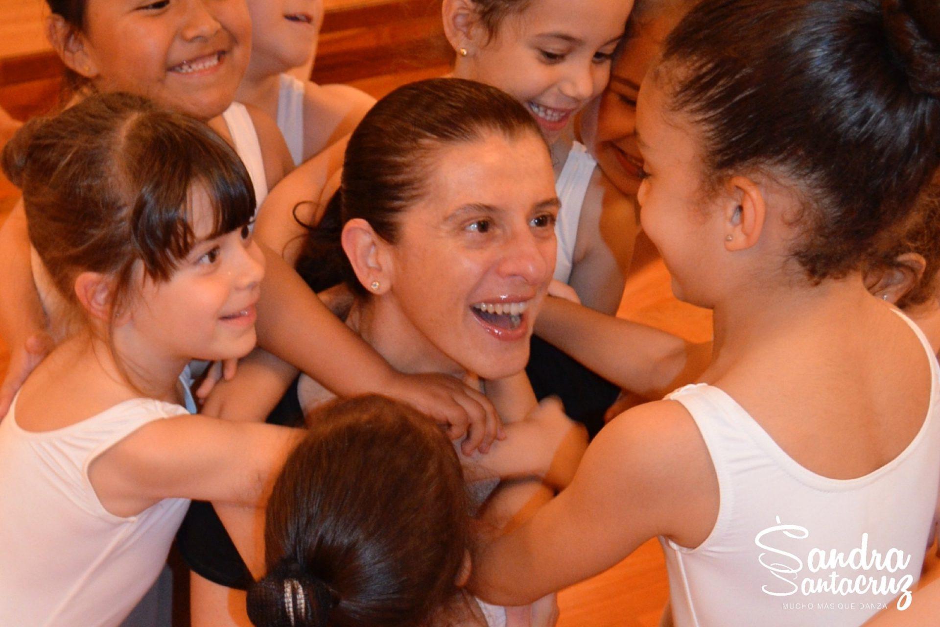 Sandra Santa Cruz abrazada por su alumnado de Predanza II