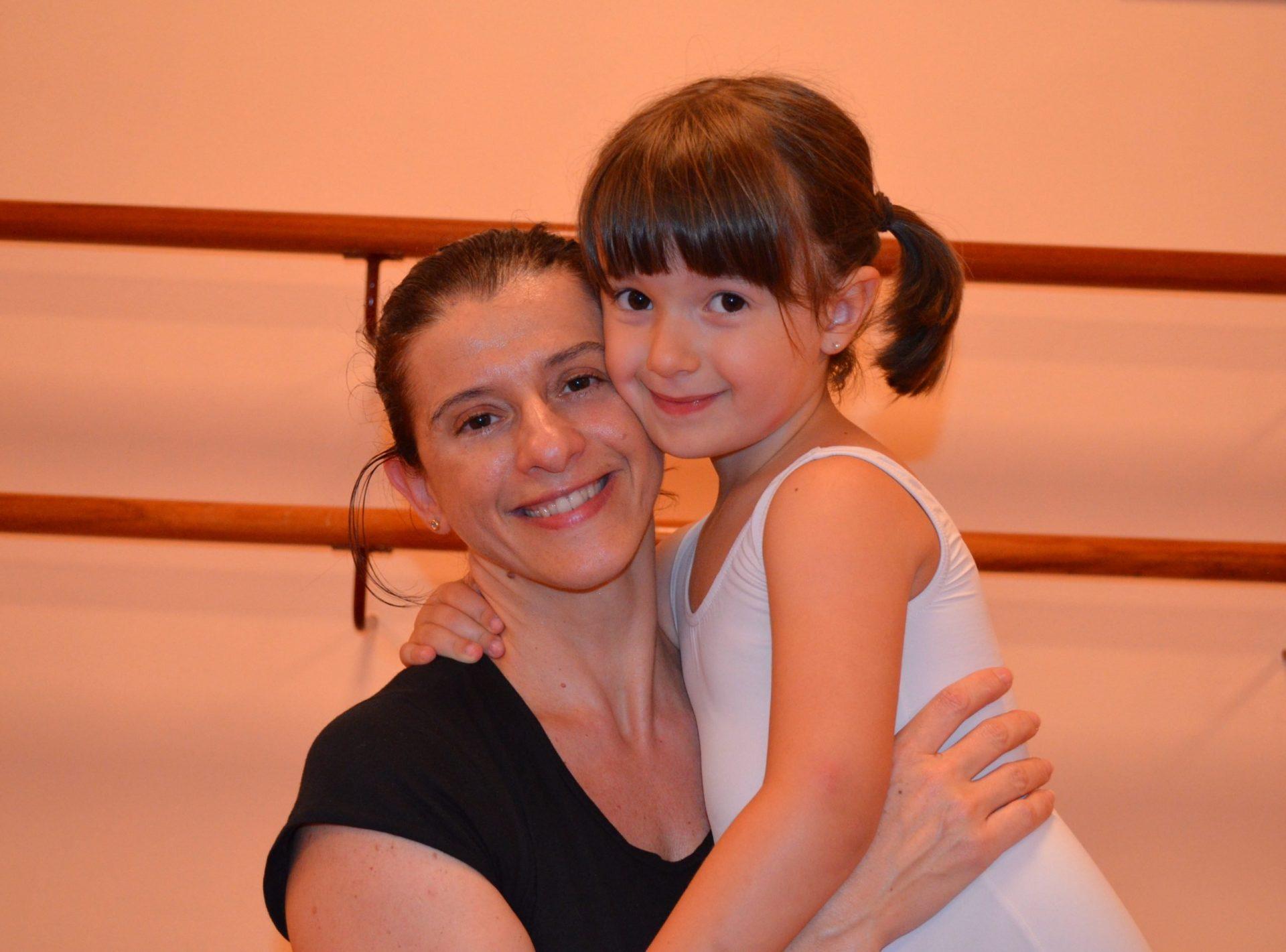Foto de Sandra Santa Cruz y su sobrina Lorena abrazadas, en el Centro de Danza Sandra Santa Cruz donde con gran complicidad y sonrisa se preparan para contarnos vivencias de la escuela