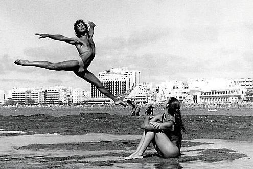 Fotografia Lorenzo Godoy y Mabel, 1975, en la Playa de las Canteras, del fotografo Francisco Rojas.