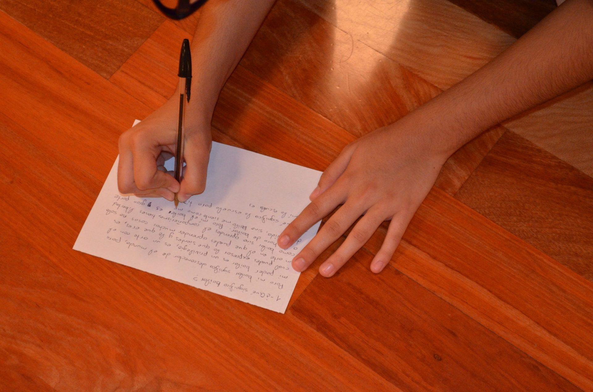 Las manos de una alumna escribiendo en la sala de baile del Centro de Danza Sandra Santa Cruz. Responde a : ¿Qué significa bailar?