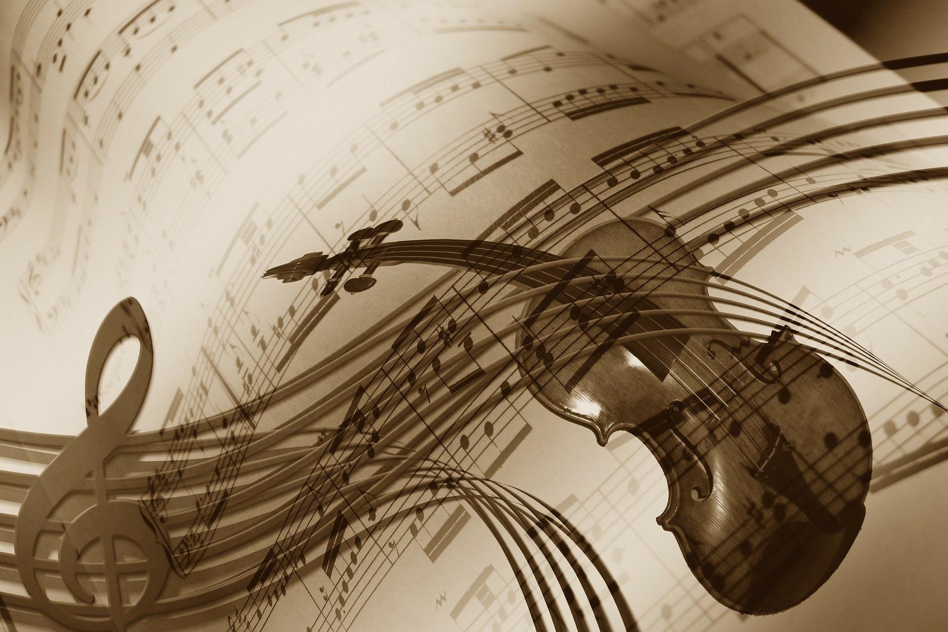 Foto de un violín con una partituras