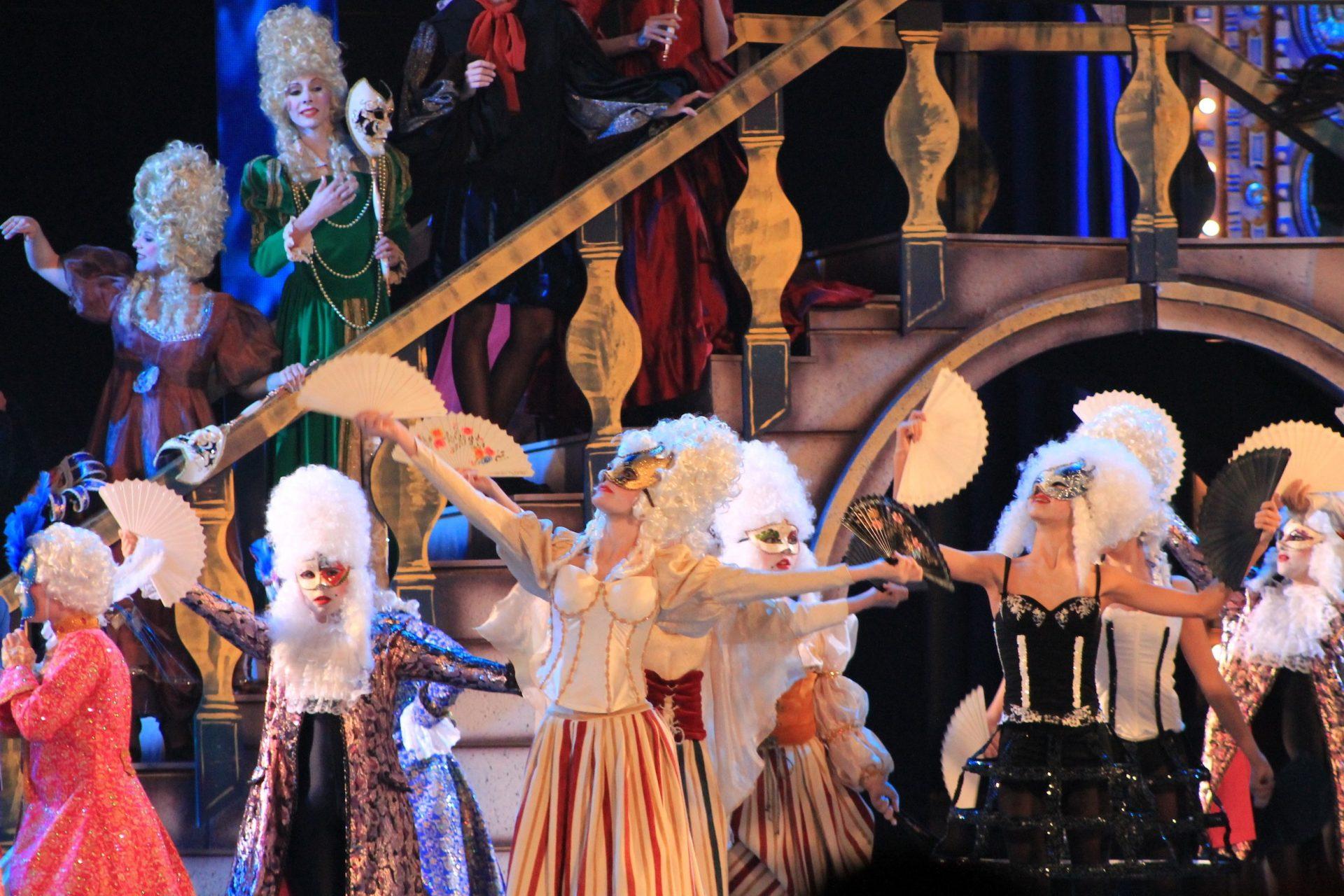 """Foto de la Gala del Carnaval 2013 de Las Palmas de GC. del Centro de Danza Sandra Santa Cruz de un grupo de bailarinas con antifaz bailan con abanicos bailando """"Mascarade""""."""