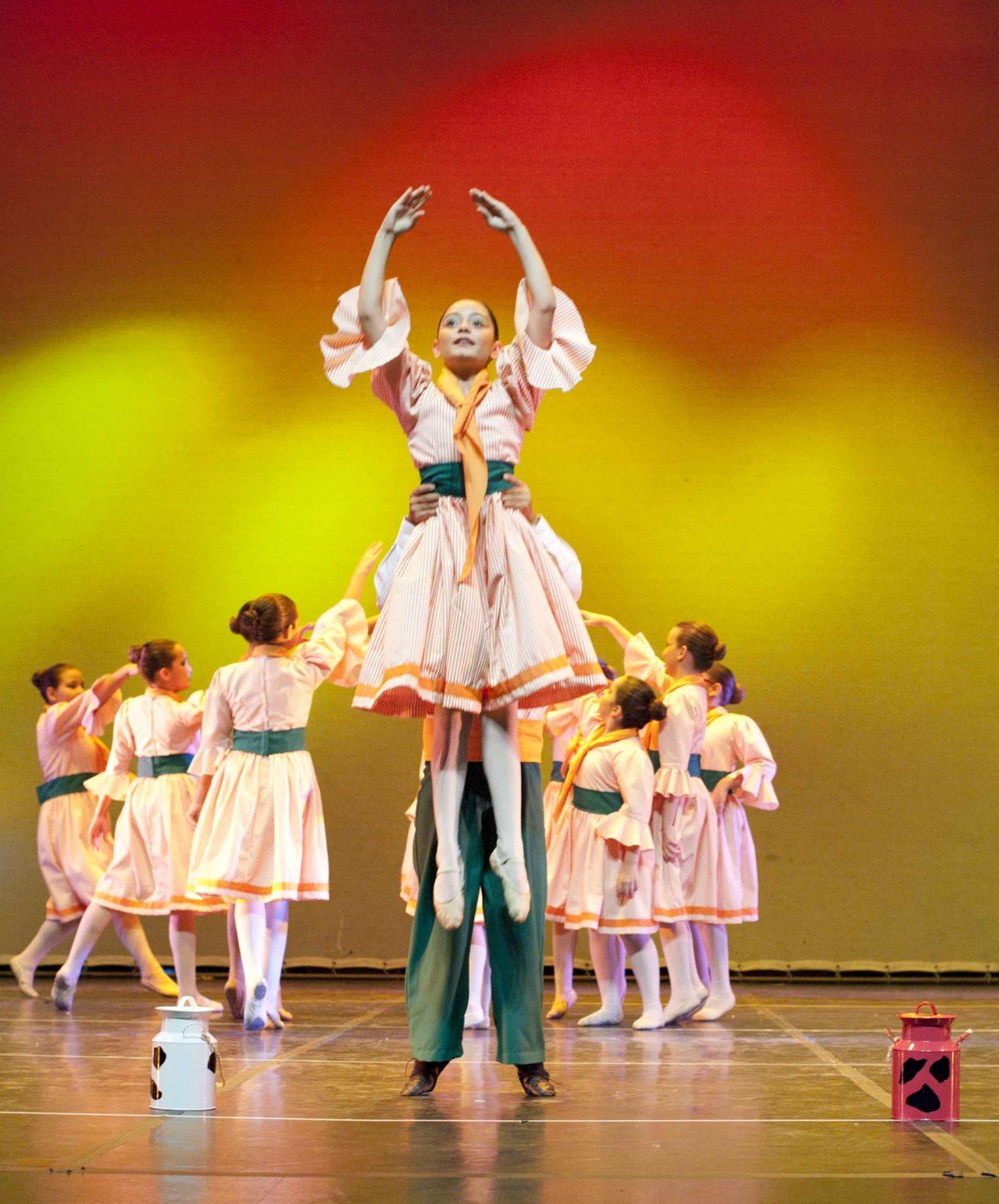 Foto del Centro-de-Danza-Sandra-Santa-Cruz donde un bailarín de 10 años alza a una bailarina de su misma edad en el espectáculo del 20-Aniversario del Centro