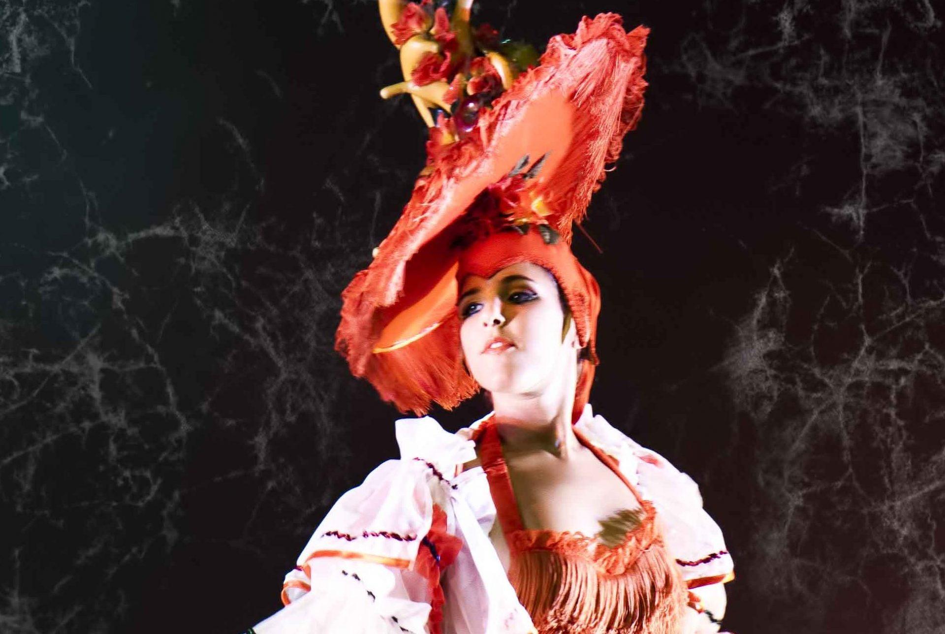 Foto de Judith Trujillo, bailarina del Centro de Danza Sandra Santa Cruz en el espectáculo del 20 Aniversario del Centro vestida de rumbera